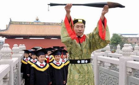 南宁孔庙举行祭孔开笔礼 为走进学堂迈开第一步