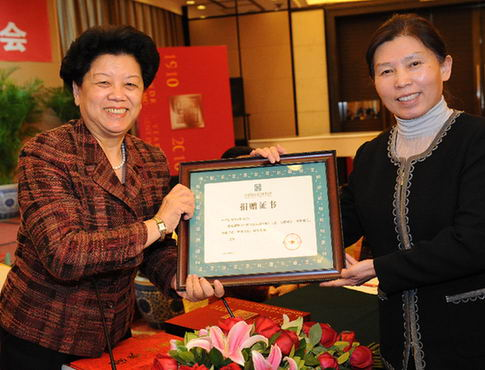 为纪念国际妇女节 《中国妇女运动百年》画册出版