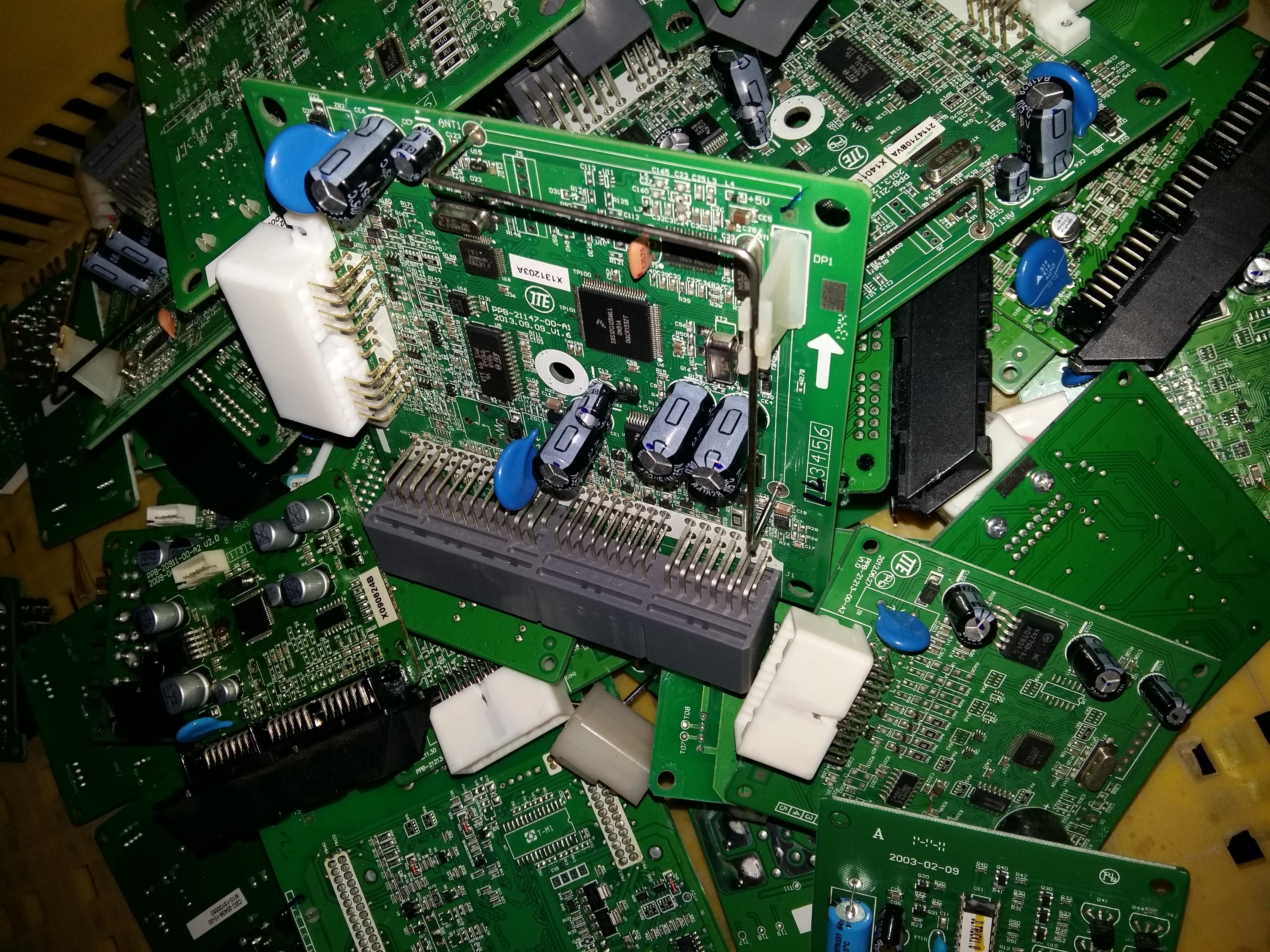 厦门雄盛电子成立于2000年,有着十五年的回收信誉,是全国地区较大的电子元器件回收站点之一,实力庞大,资金雄厚,专业从事各种电子元器件的回收和加工利用,分部辐射全国地区。公司全国地区长期高价收购厂家个人积压库存电子元器件。 我们真诚的期待与省地区的公司合作,并将竭诚为各公司提供最快速、优质、热情、周到的上门收购服务!