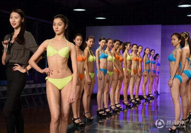 模特艺考生接受培训 穿比基尼走台步