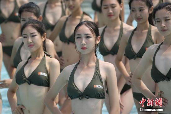 高中女生参加空乘比赛 穿比基尼秀身材