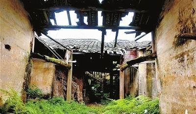 位于曲江的高山门围屋,经过风吹雨打,不少墙面已经出现了坍塌的情况。
