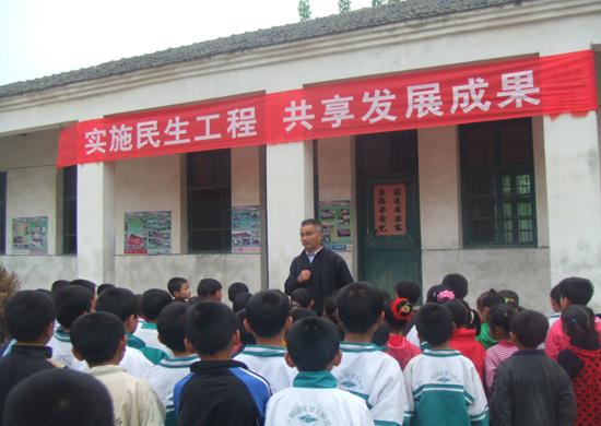 学校还利用横幅,黑板报,学习园地等形式向人们宣传教育民生工程