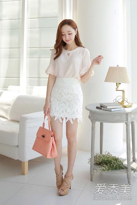 粉色圆领雪纺衫搭配白色蕾丝包臀裙