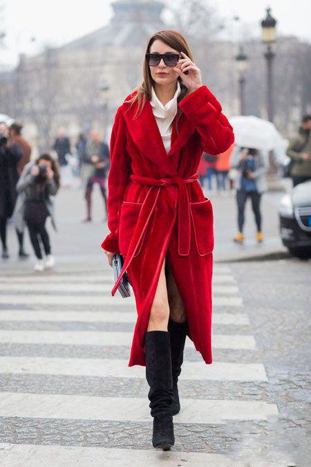 红色外套的时尚搭配 黑色麂皮长靴时髦精致