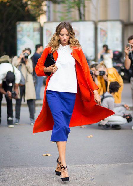 红色大衣时尚搭配宝蓝色 看看效果如何