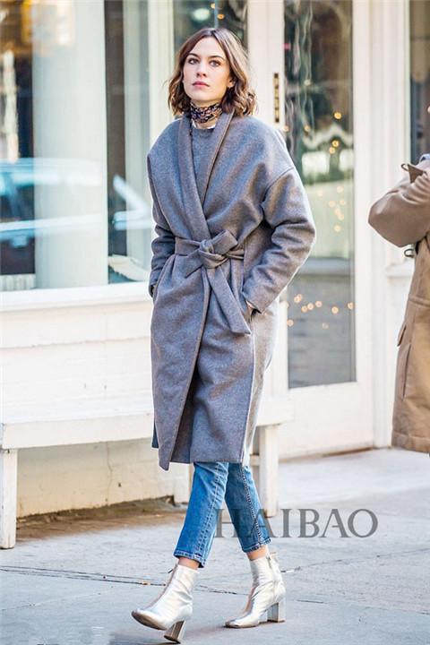 灰色毛衣搭配同色系大衣清爽利落 干练十足