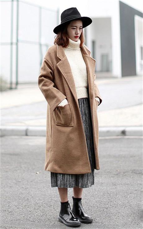 经典版型的驼色大衣时尚搭配 气场十足有风范