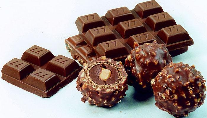 各种形状和口味的巧克力堆满超市货架