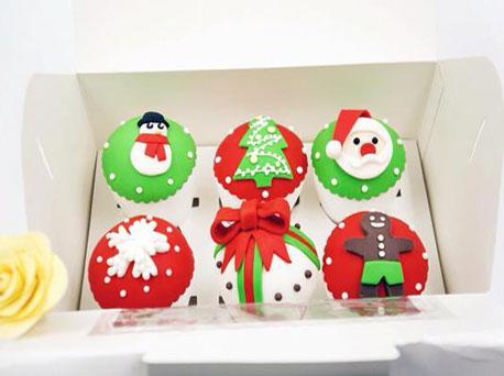 圣诞老人,铃铛,姜饼人和蝴蝶结丝带,共八款造型可爱的翻糖纸杯蛋糕