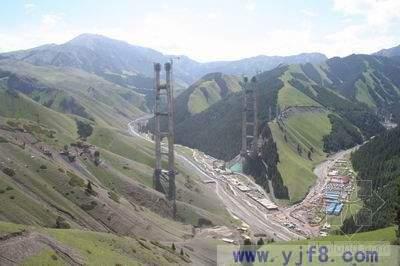 新疆第一桥主塔封顶