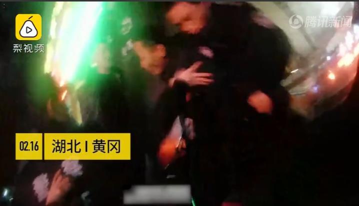 湖北黄冈一男子持刀劫持女孩 危急时刻公安副局长空手夺白刃